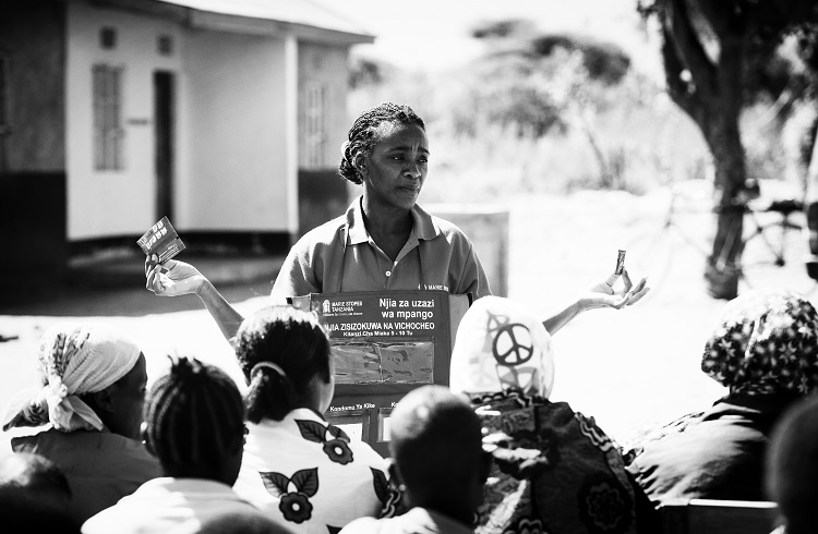 Distribution de contraceptifs en Tanzanie (Ph. Family Planning 2020)